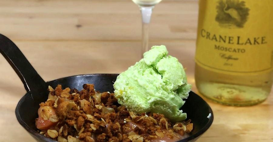 Rhabarber-Crumble mit Waldmeister-Mango-Parfait