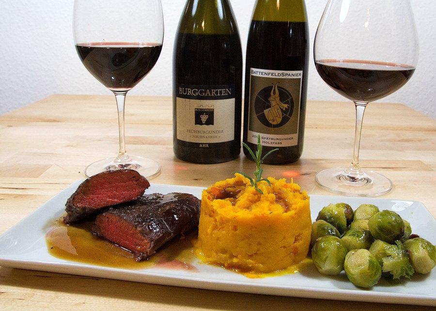 Fertig angerichtet: Rosa gebratener Rehrücken an Madeira-Sherry-Sauce mit Süßkartoffel-Kürbis-Püree und Rosenkohl