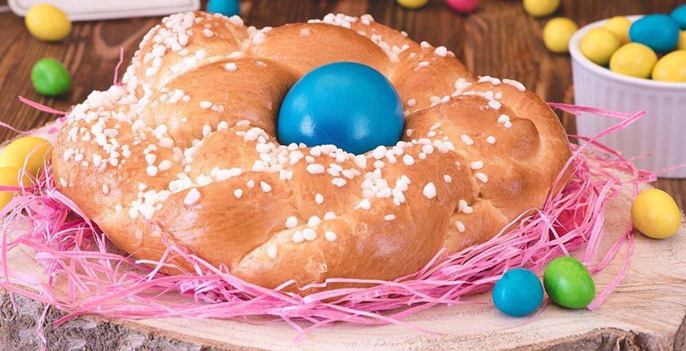 Ein Osterkranz mit Eiern dekoriert - ist ein traditionelles Osteressen