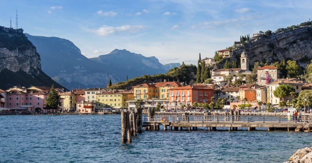 Blick auf den Gardasee mit den Alpen im Hintergrund