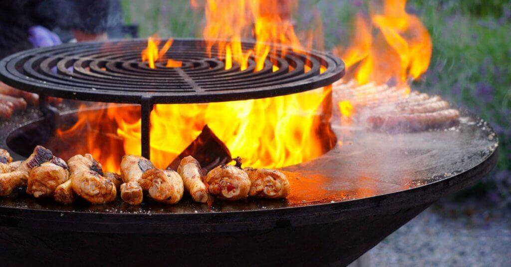Grill mit Fleisch und Würsten darum