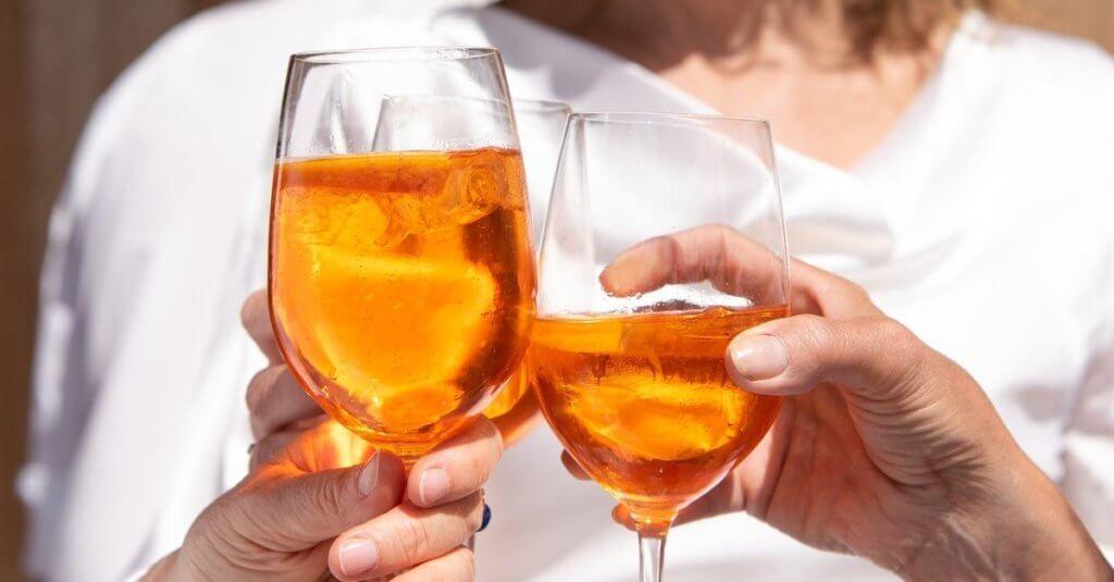 Weingläser beim gegenseitigen zuprosten